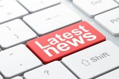 Nieuwsconcept: Recentste Nieuws op de achtergrond van het computertoetsenbord Stock Fotografie