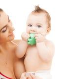 Nieuwsgierig baby het bijten stuk speelgoed Royalty-vrije Stock Foto