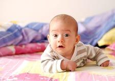 Nieuwsgierig babymeisje Royalty-vrije Stock Afbeelding