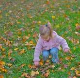 Nieuwsgierig jong meisje in het park. Stock Foto's