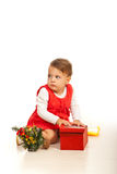 Nieuwsgierig peutermeisje met gift Stock Foto's
