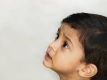 Nieuwsgierige Aziatische jongen Royalty-vrije Stock Afbeeldingen