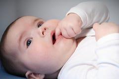 Nieuwsgierige baby Stock Foto