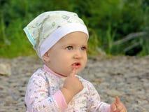 Nieuwsgierige baby op de aard Royalty-vrije Stock Afbeelding
