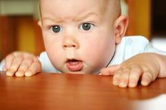 Nieuwsgierige babyjongen Stock Fotografie