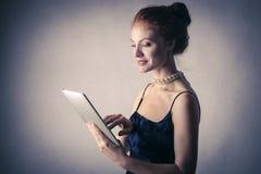 Nieuwsgierige elegante vrouw royalty-vrije stock foto's