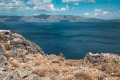 Nieuwsgierige Geiten Geiten typisch voor Middellandse Zee gebied met overzees en eiland op de achtergrond Beeld op het Grieks wor Stock Fotografie