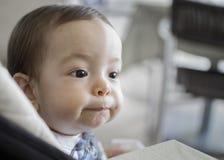 Nieuwsgierige het portretzitting van de babyjongen als voorzitter Stock Foto's