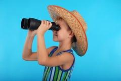 Nieuwsgierige jongen die door verrekijkers kijken Stock Afbeeldingen
