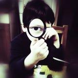 Nieuwsgierige jongen met meer magnifier Royalty-vrije Stock Afbeelding