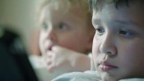 Nieuwsgierige kinderengezichten stock footage