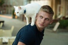 Nieuwsgierige ontdekkingsreiziger Gelukkige mens op gang met kattenhuisdier De spier leuke raskat van de mensengreep Gelukkige ka stock foto's