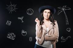 Nieuwsgierige vrouw die een hoed dragen en aan het recht kijken terwijl het denken stock fotografie
