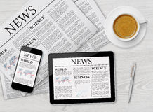 Nieuwspagina op tablet, mobiele telefoon en krant royalty-vrije stock afbeelding