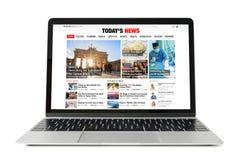 Nieuwswebsite op laptop Alle inhoud wordt omhoog gemaakt stock afbeelding