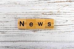 nieuwswoord met houten blokkenconcept dat wordt gemaakt Stock Fotografie