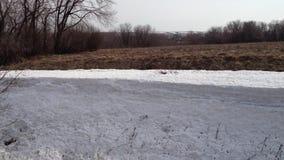 Nieve acumulada por la ventisca de la nieve en el invierno almacen de metraje de vídeo