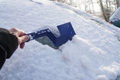 Nieve arrebatadora del parabrisas de un coche, concepto del invierno para s Fotos de archivo libres de regalías