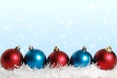 Nieve azul y roja de las bolas de la Navidad Foto de archivo
