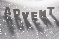 Nieve blanca de Advent Means Christmas Time On de la palabra, copos de nieve Fotos de archivo libres de regalías
