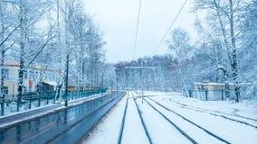 Nieve blanca en la ciudad en un tranvía en noviembre, la primera nieve en diciembre Ciudad nevada con los árboles en invierno imagen de archivo libre de regalías