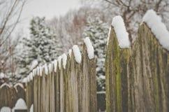 Nieve caida en una cerca rústica Imagenes de archivo