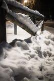 Nieve caida invierno en adorno de madera de la cerca en la noche Fotografía de archivo libre de regalías
