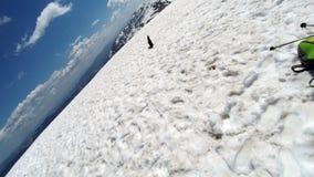 Nieve, cielo y montañas desde arriba de la montaña en los Cárpatos imagen de archivo libre de regalías
