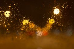 Nieve con las gotitas sobre el vidrio del coche en la noche Imagen de archivo