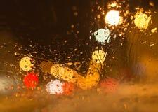 Nieve con las gotitas sobre el vidrio del coche en la noche Fotografía de archivo libre de regalías