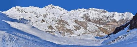 Nieve cuesta abajo en las montañas del invierno Imagenes de archivo