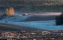 Nieve de fusión en el campo arado Fotografía de archivo