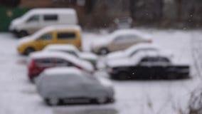 Nieve de inclinación que cae en aparcamiento metrajes