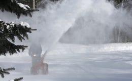 Nieve de la limpieza del hombre con la máquina que sopla Imagen de archivo libre de regalías