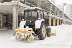 Nieve de la limpieza del tractor en la calle de la ciudad Fotografía de archivo