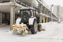 Nieve de la limpieza del tractor en la calle de la ciudad Fotos de archivo