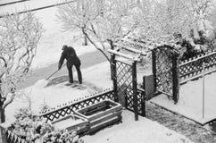 Nieve de la limpieza del viejo hombre Fotos de archivo libres de regalías