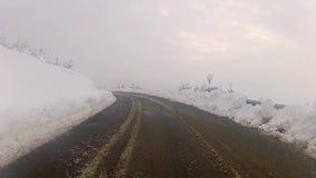Nieve de la montaña que conduce el POV almacen de video