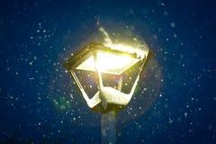 Nieve de la noche con el tiempo frío del invierno de la linterna Imagen de archivo