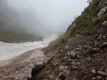 Nieve de las avalanchas en la garganta fotografía de archivo