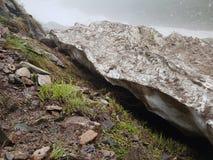 Nieve de las avalanchas en la garganta fotografía de archivo libre de regalías