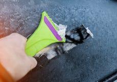 Nieve de limpieza del parabrisas, hielo que raspa, limpieza de ventanilla del coche del invierno foto de archivo libre de regalías