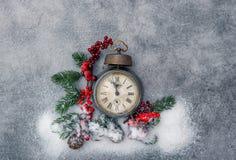 Nieve de oro del reloj de la antigüedad de la decoración de la Navidad Foto de archivo libre de regalías