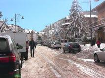 Nieve de Roccaraso en la calle principal fotografía de archivo