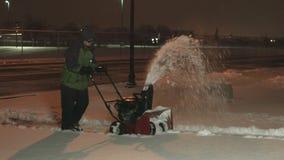 Nieve del adolescente que sopla 4K UHD almacen de video