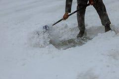 Nieve del barrido de los trabajadores del camino en invierno, camino de limpieza de la tormenta de la nieve Fotografía de archivo