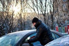 Nieve del coche del cepillo del hombre del invierno Fotografía de archivo