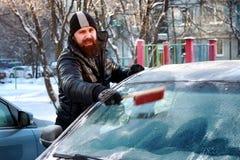 Nieve del coche del cepillo del hombre del invierno Fotografía de archivo libre de regalías