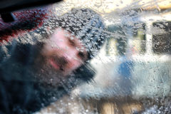 Nieve del coche del cepillo del hombre del invierno Imagen de archivo libre de regalías