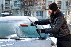 Nieve del coche del cepillo del hombre del invierno Foto de archivo libre de regalías